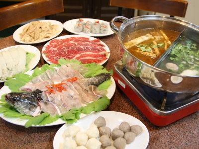 香港人吃火锅讲求搭配新鲜食材没有加工的火锅料,好汤涮上好的食材