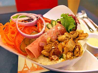 享用沙拉新吃法 一口生菜一口麵包再沾醬