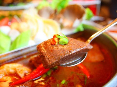 台北東區麻辣火鍋吃到飽 高檔食材涮入濃郁湯頭