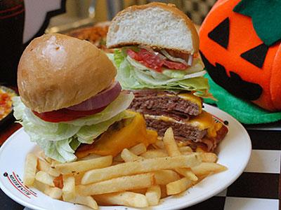萬聖節聚餐美式餐廳 超豪邁三層大漢堡