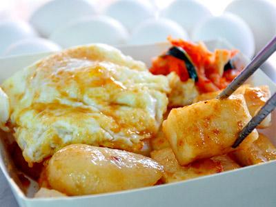 暖呼呼小吃報到 韓式泡菜配泡蛋蘿蔔糕