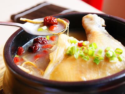 來一碗暖身美食 份量精巧人參雞