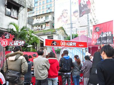 10元碳烤鮮嫩多汁 美味風靡一中商圈年貨大街