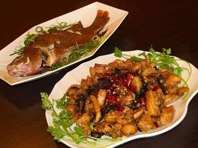 新竹縣橫山鄉茶花園水上木屋餐廳的胡椒鯛魚及紅燒紫蘇雞(攝影/蔡聰挺)