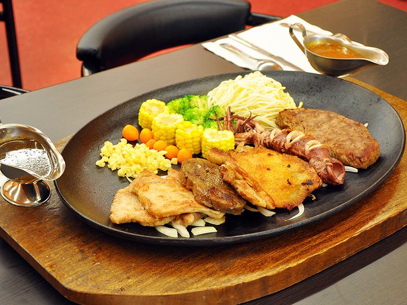 屏東千友牛排館超大份量的全家分享餐,等您來挑戰。(攝影/邱偉誠)