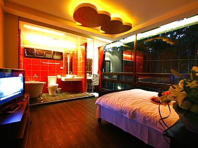 戀愛故事館的客房都有不同的設計風格,充滿精緻與浪漫的氣息。圖為心心相映房。(攝影/范綱武)