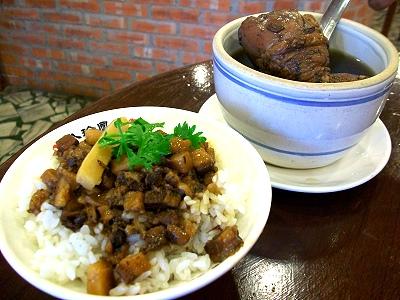 店内主打餐点,配上店内的装潢,让人感到传统小吃也可以吃的很